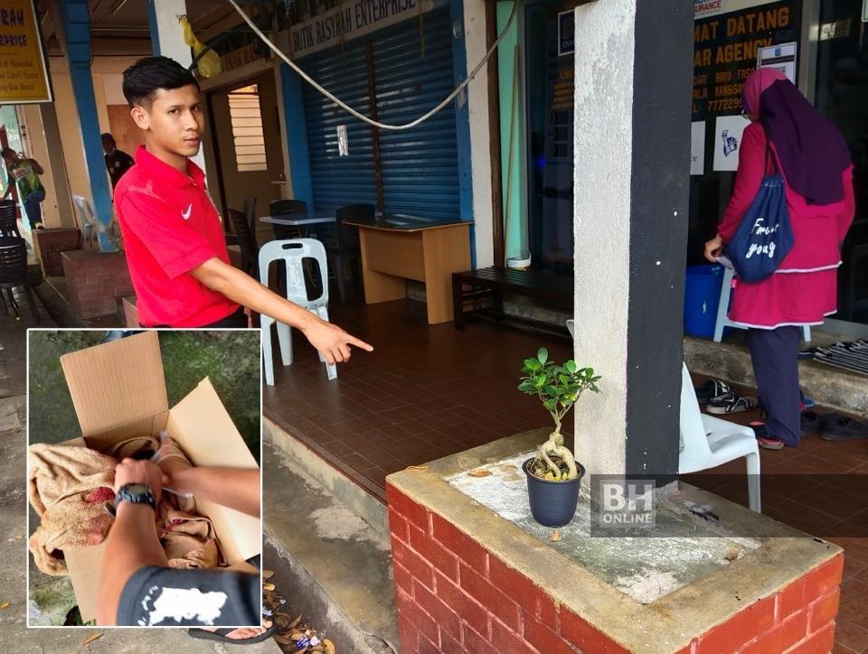 Mohamad Kamal menunjukkan lokasi kotak mengandungi bayi lelaki yang ditemui sekumpulan peniaga kompleks niaga Bangunan UDA di Jalan Bendahara berhampiran Pasar Besar Kuala Kangsar, di Kuala Kangsar, pagi tadi. - NSTP/Muhammad Zulsyamini Sufian Suri